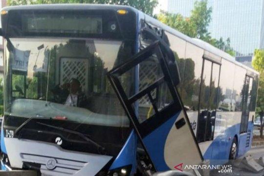 Bus TransJakarta tabrak separator di S Parman, pengemudi diduga lalai