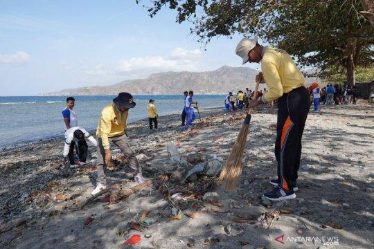 Ratusan orang bersihkan perairan Dumai dari sampah plastik
