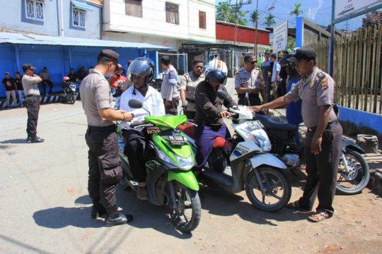 TNI-polisi menyita puluhan sepeda motor dan senjata tajam