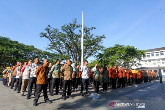 Habibie Wafat - Balai Kota Bandung kibarkan bendera setengah tiang