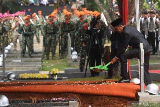 Upacara pemakaman BJ Habibie di Taman Makam Pahlawan Nasional Utama Kalibata Page 1 Small