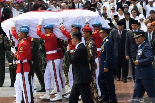 Upacara pemakaman BJ Habibie di Taman Makam Pahlawan Nasional Utama Kalibata Page 4 Small