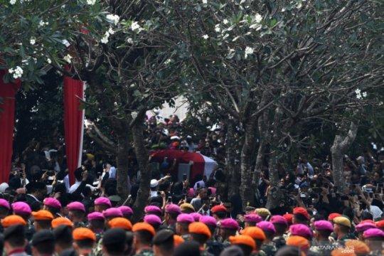 Upacara pemakaman BJ Habibie di Taman Makam Pahlawan Nasional Utama Kalibata Page 5 Small