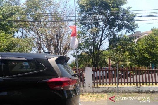 Kibarkan Merah-Putih setengah tiang, warga Sulut berduka untuk Habibie