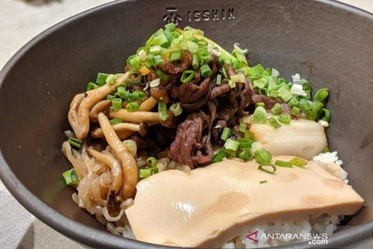 Duet sukiyaki-donburi di restoran Jepang Isshin