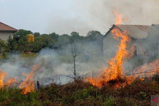 Lahan kosong sekitar Bandara Syamsudin Noor terbakar hebat