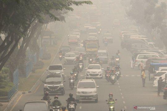 Asap makin tebal, polisi Pekanbaru minta pengendara nyalakan lampu