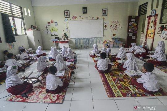 Sekolah kekurangan meja belajar