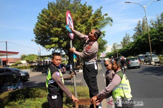 Polisi bersihkan rambu-rambu lalulintas minimalisir pelanggaran