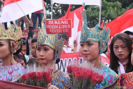 Sejumlah perempuan berpakaian adat ikut unjuk rasa dukung RUU KPK