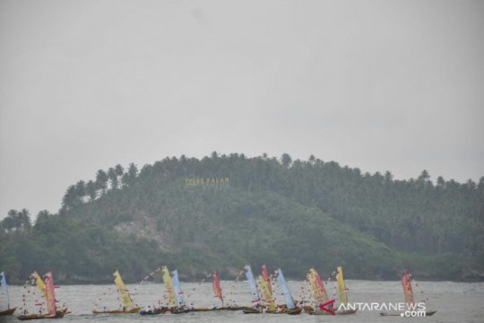 Parade kapal nelayan meriahkan Puncak Sail Nias 2019