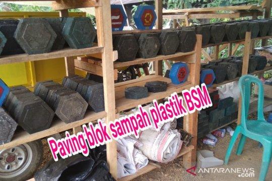 "Tekan pencemaran, warga Kutai cetak ""paving block"" dari sampah plastik"