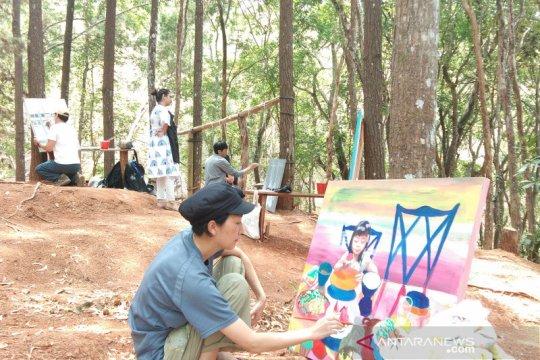 Saat 34 seniman 17 negara melukis di Hutan Pinus Mangunan Bantul