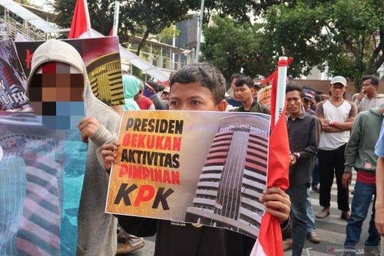 Remaja di bawah umur ikut aksi unjuk rasa di depan KPK