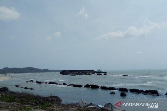 Kapal tongkang terdampar di pantai Kuala Sungailiat
