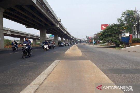 Trotoar di tengah Jalan Kalimalang akibat salah perencanaan