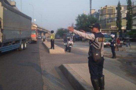 Dishub Jaktim tempatkan personel di trotoar median Kalimalang