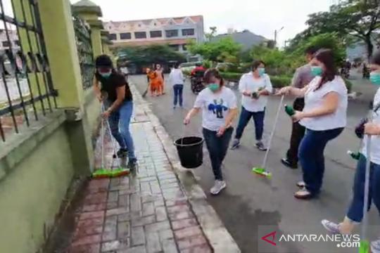 Wali murid SDH basmi bau kotoran di penampungan pencari suaka
