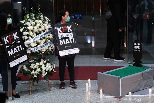 "Pegawai dan aktivis antikorupsi lakukan aksi simbolik ""pemakaman"" KPK"