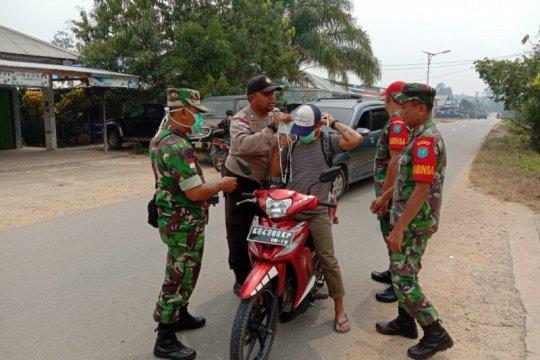 TNI dan Polri di perbatasan bagi masker kepada masyarakat