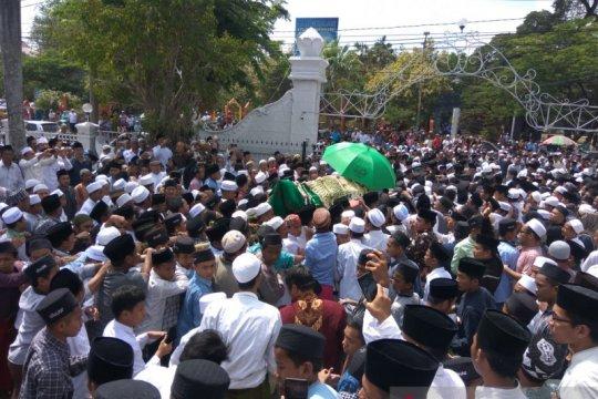 Ribuan orang shalatkan Fuad Amin di Masjid Agung Bangkalan