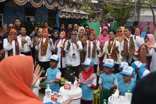 Ibu Negara sosialisasikan cuci tangan dan tes IVA di Palembang