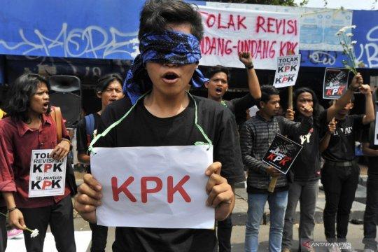 Aksi aktivis anti korupsi Serang menolak revisi UU KPK