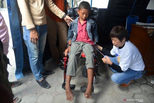 Bantuan kursi roda untuk penderita cerebral palsy