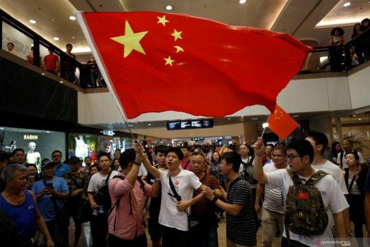 Kelompok pro-Beijing cabuti dinding protes Hong Kong, risiko bentrok