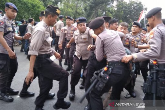 Pengunjuk rasa terlibat bentrok dengan polisi di depan gedung KPK