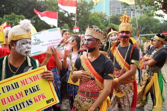 Massa berkostum wayang gelar aksi dukung KPK