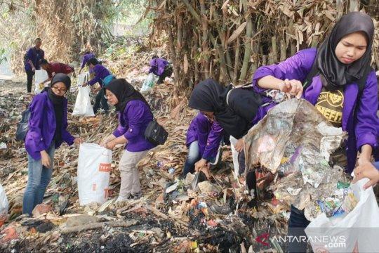 Mahasiswa Bogor bersihkan Kali Baru jelang kedatangan Iriana Jokowi