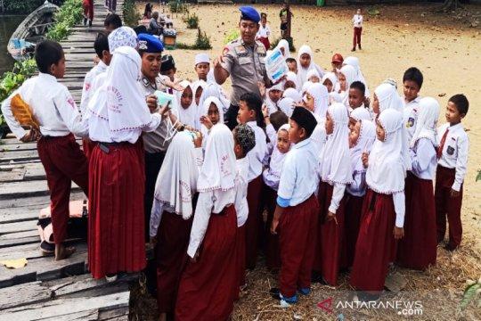 Satpolairud Banjarmasin bagi-bagi masker ke siswa SD