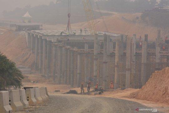 Kabut asap melanda Riau, pengerjaan tol Sumatera tetap berlanjut