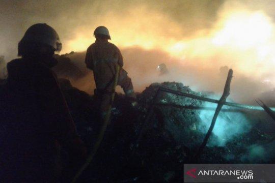 Lapak bijih plastik di Kamal terbakar, 15 unit Damkar dikerahkan
