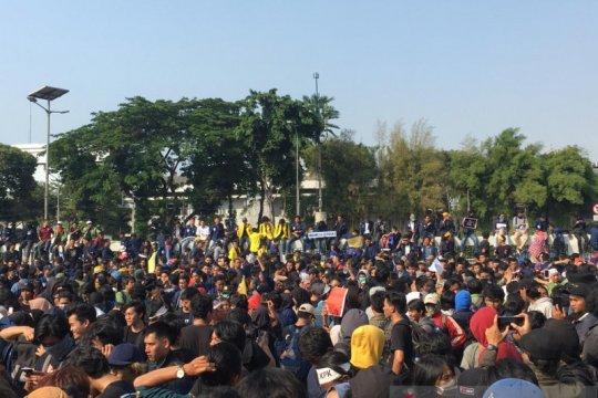 Massa demo padati jalan Gatot Subroto, tolak RKUHP dan pelemahan KPK