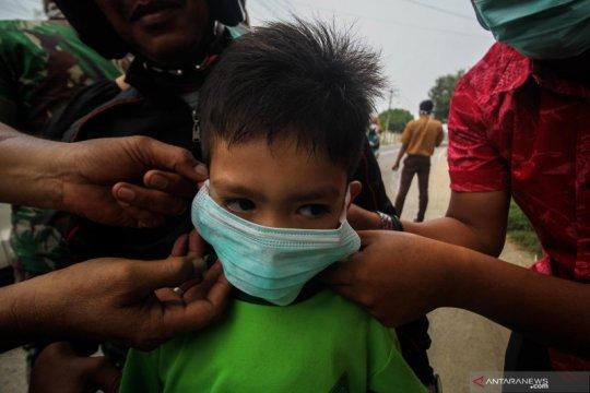Pembagian masker gratis di Aceh