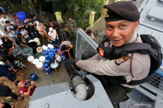 Polisi bantu distribusi air bersih