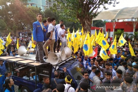 Pengunjuk rasa terlibat aksi saling dorong dengan polisi di KPK