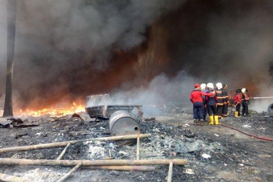 Gudang pengolahan sampah plastik di Palembang terbakar