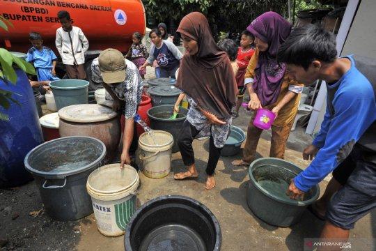 Pembagian air bersih bagi korban kekeringan di Serang
