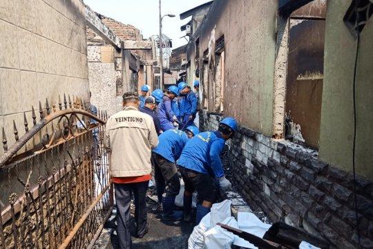 Petugas evakuasi 2,5 ton puing yang terbakar di Jatinegara