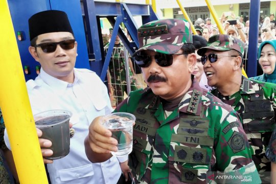 Panglima TNI mencicipi air bersih hasil penjernihan Sungai Citarum