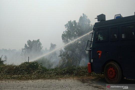 Rumah penduduk terkepung kebakaran lahan dekat Bandara Syamsudin Noor