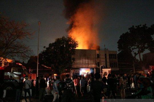 Toko Material di K.S Tubun terbakar, 13 unit Damkar diterjunkan