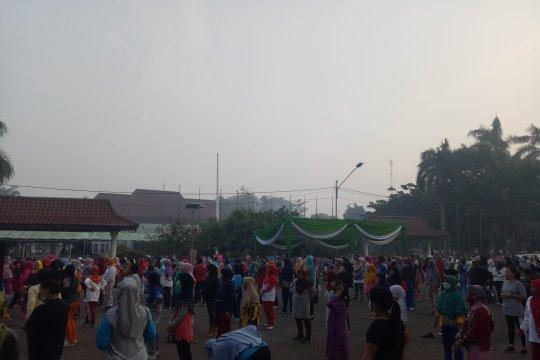 Warga Palembang tetap berolahraga  meski diselimuti kabut asap pekat