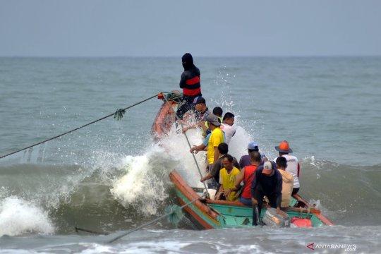 Nelayan menghadang gelombang demi hasil tangkapan yang berkurang