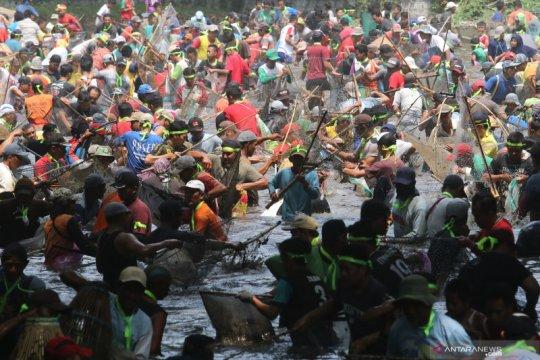 Tradisi 'grobyak' ikan di Kediri