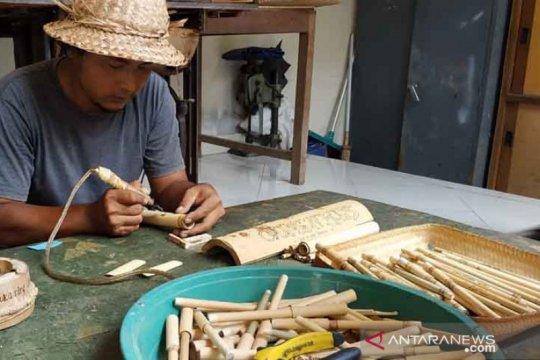 Gede Suarsa dari Buleleng ciptakan sedotan bambu bergambar wayang