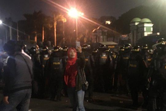 Aksi demonstrasi tidak membuat takut warga, ibu ini malah berswafoto